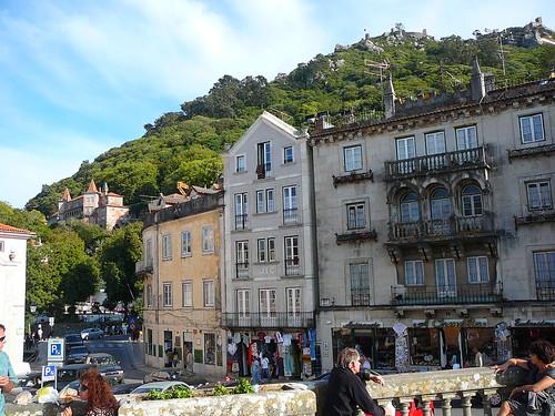 Calle en Sintra. En la cima de la montaña, se distingue el Castelo dos Mouros.