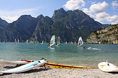 Lake Garda (fuerst) Tags: italien italy mountains beach strand surfer berge surfboard sail segel lakegarda lagodigarda gardasee torbole surfbrett