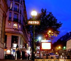 La Hora Azul en París (PhotoLanda) Tags: france francia europa paris metro horaazul calle street boulevardhaussmann chemindefermétropolitain ratp 9tharrondissement îledefrance artnouveau entrance estacion ferrocarrilsubterraneo hectorguimard lutetiaparisii métrodeparis parigots parismetropolitain parisien parisii photolanda subway tube underground undergroundrailway métro parismétropolitain