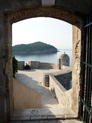 a traves de una puerta (aliciabregovic) Tags: mar agua atravésde ltytrx5 ltytr2 ltytr1 ltytr3 ltytr4 ltytr5 ltytr6 a3b cruzadasi