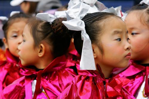 兩個小女孩就像照鏡子般地轉過頭