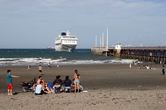 Pto. Madryn: the cruise is leaving... (Ostrosky Photos) Tags: cruise blue sea summer vacation people patagonia men sol beach water beer argentina promotion advertising relax pier boat mar big sand chair agua women gente wind harbour flag crowd joy cruising playa h2o passengers arena verano luxury adds swimsuits chubut madryn liner puertomadryn veraneo ptomadryn wuilmes