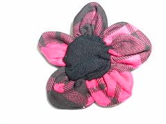 Flor em malha (MorenArteirA) Tags: broche flor fuxico quadrada oncinha malha malhinha