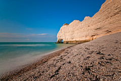 30 Seconds of Etretat (Allard One) Tags: seascape france strand landscape nikon wideangle pebbles explore le normandie frankrijk cobbles normandy 2009 etretat gettyimages sigma1020mm 10mm seinemaritime natuurschoon hautenormandie krijtrotsen daytimelongexposure shinglebeach d80 30secondsexposure badplaats nikond80 kiezelstrand bw110nd allardone allard1 cliffsandnaturalarches wheretheatlanticoceanmeetsthebritishchannel allardschagercom