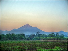 Volcanes (HDR) (Fernando Reyes Palencia) Tags: guatemala hdr escuintla paisajesdeguatemala bellospaisajesdeguatemala fotosdeguatemala bellaguatemala paisajesdelmundo guatemalalandscapes fotosfernandoreyespalencia imagenesdeguatemala fotoshdr guatemalapaisajes hdradict postalesdeguatemala