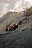 Ces femmes fouillent les déchets rejettés pour y trouver ce qui peut être recycler (La Rinconada, Puno, Pérou, août 2009)