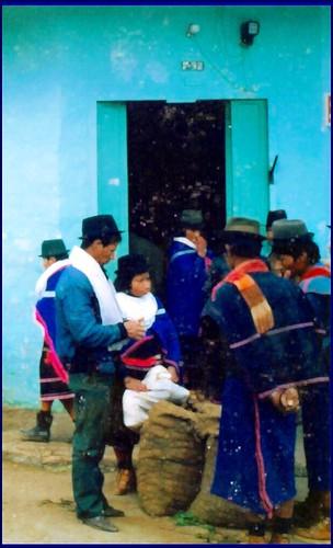 Indigenas guambianos en la puerta del cabildo