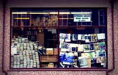 Libri, pagine, parole, lettere (Felson.) Tags: trip travel holiday window iceland books bookstore reykjavik libri shopwindow bookshop vetrina 2009 libreria islanda klapparstigur mrpaolobenvegnù songilsentimentodellecosepaolobenvegnù
