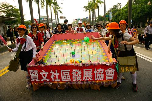 賢文社區打扮成小學生的阿公阿嬤,看見我拍攝時還拿起彈珠玩了起來