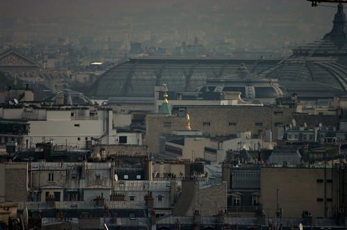 Paris des morceaux de toitures dorées émergent au dessus des toits près du Grand Palais