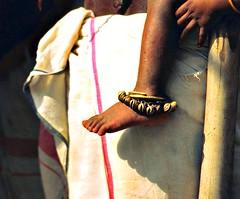 India - Orissa - marzo 2008 - in EXPLORE  19/11/09 #437 (anton.it) Tags: travel woman india canon foot donna child digitale mother skirt mamma sari orissa gonna vacanza anklet bambino piedino indianpeople cavigliera flickraward antonit