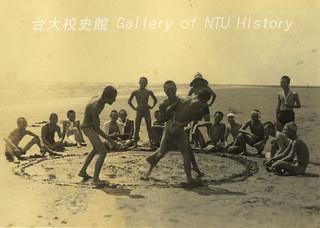 預科生海邊戲水玩相撲