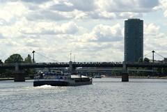 Frankfurt, Friedensbrücke, Westhafen-Tower (HEN-Magonza) Tags: frankfurt westhafentower geripptes panoramaschifffahrt panoramiccruise hochhaus highrisebuilding main friedensbrücke gutleutviertel hessen hesse deutschland germany
