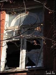 (Sarah-Vie) Tags: fenêtre incendie fenêtrebrisée
