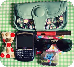 What's in my bag today (Teka e Fabi) Tags: wallet hellokitty bow gloss mybag today whatsinmybag rayban mints hoje tekaefabi minhabolsa