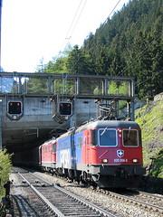 Gterzug mit SBB Lokomotive Re 6/6 11658 bzw. Re 620 058 - 8  Auvernier + Re 4/4 nach Gschenen an der Gotthard Nordrampe im Kanton Uri in der Schweiz (chrchr_75) Tags: train de tren schweiz switzerland suisse swiss eisenbahn railway zug sbb 66 locomotive re christoph svizzera chemin 44 centralstation fer locomotora tog ffs juna bundesbahn lokomotive lok 620 ferrovia winterthur spoorweg typ suissa locomotiva lokomotiv ferroviaria cff  re44 re66 locomotief slm kanton chrigu  rautatie  auvernier schweizerische zoug trainen  chrchr hurni chrchr75 bundesbahnen chriguhurni re620 albumsbbre66lokomotive albumbahnenderschweiz re6611658 albumsbbre44iiiii