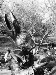 Coelho (Eduardo Nasi) Tags: nyc sculpture usa newyork rabbit statue america amrica unitedstates alice centralpark manhattan escultura eua carroll wonderland coelho aliceinwonderland esttua estadosunidos lewiscarroll novayork pasdasmaravilhas josedecreeft alicenopasdasmaravilhas hideosasaki fernandotexidor