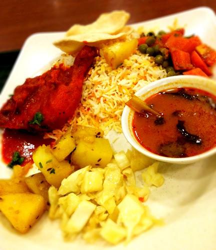 Repas indien dans un food court