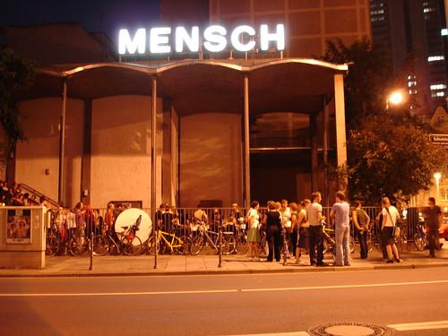 Café Mensch mit gleichnamigem Neonschriftzug in der Weserstrasse. Juli 2005