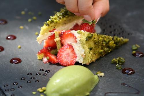 Bistrot Le 7, Valence: Le fraisier version 2009, biscuit pistache, sorbet basilic