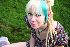 Kristine! (Yorba) Tags: park summer girl oslo norway canon eos 350d colorful colourful dreads tamron viegelandsparken sidecut 1750mm