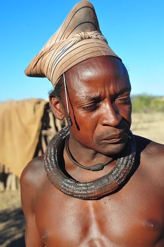 traditional himba man por luca.gargano.