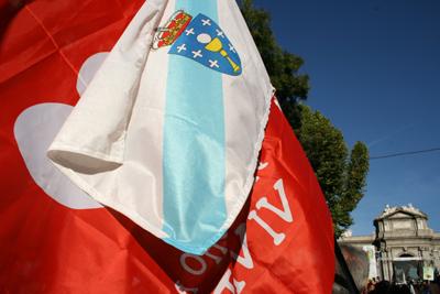 Bandera de Galicia junto a la bandera de Derecho a Vivir