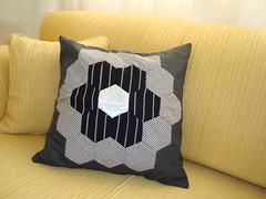 mais uma almofada... (Cristine  (Terracota Bolsas)) Tags: sewing pillow fabric patchwork almofada costura englishpaperpiecing