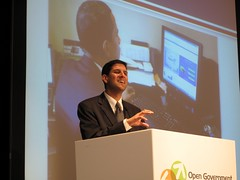 CIO Vivek Kundra w/ screenshot of Prez Obama l...