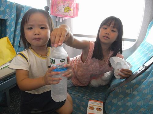 你拍攝的 2姊妹乘高鐵。