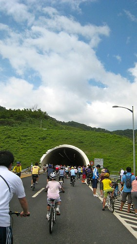 nk@flickr 拍攝的 五股八新公路(台 64).本公路唯一的隧道。