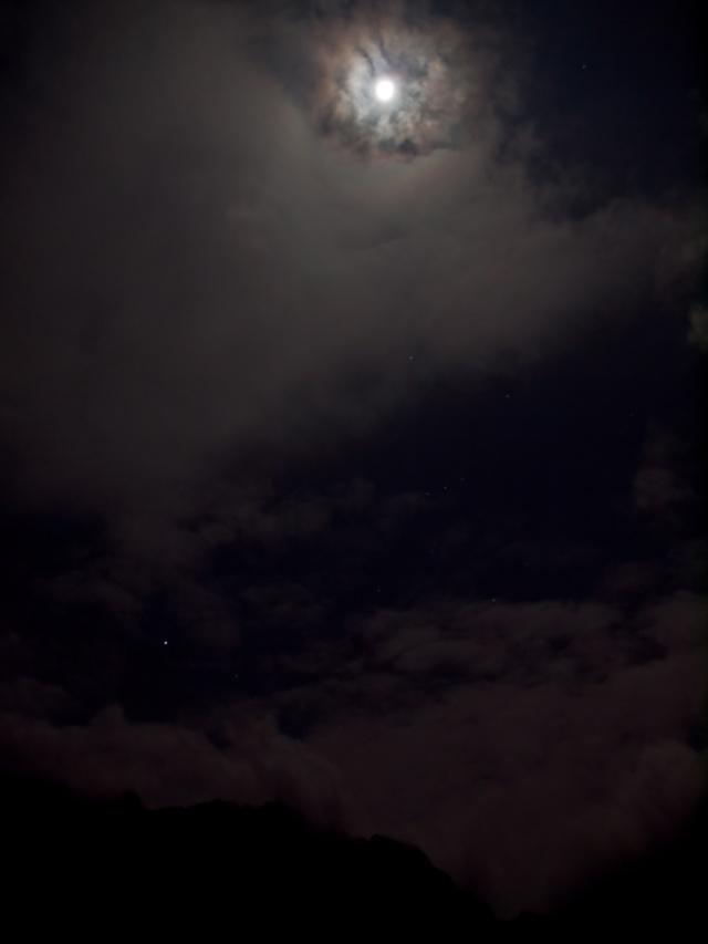 Luna peste munți