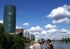 Frankfurt, Westhafen-Tower, MainForum, DG-Banktower (HEN-Magonza) Tags: frankfurt westhafentower geripptes mainforum dgbanktower main panoramaschifffahrt panoramiccruise friedensbrcke hessen hesse deutschland germany wolkenkratzer skyscraper hochhaus highrisebuilding