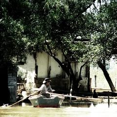 Canoero / Canoe  man (Claudio.Ar) Tags: color tree topf25 water argentina river square boat buenosaires flood sony canoe worker dsc pampa gaucho h9 sannicolas 500x500 claudioar claudiomufarrege