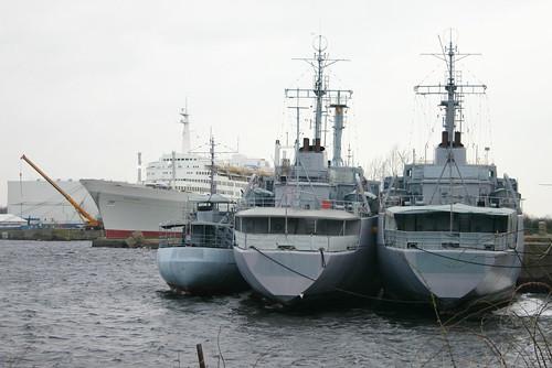 Deutsche Marine: ex Frischwasserboot FGS A 1405 FW 5 und ex Betriebsstofftransporter Klasse 703 FGS A 1424 WALCHENSEE und A 1427 WESTENSEE als Auflieger in Wilhelmshaven