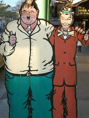 El gordo & el flaco (DarioHerlein) Tags: urbano cartel buenaonda elgordoyelflaco