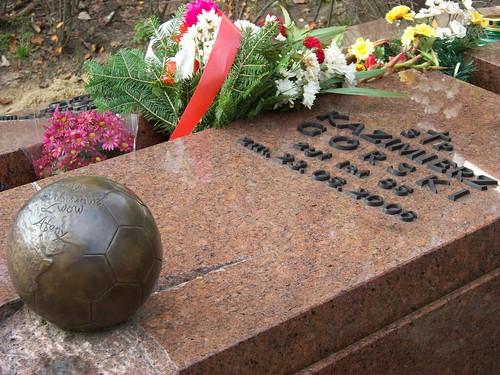 Vận động viên, cầu thủ cũng có phần mộ thật ấn tượng. Hôm nay cũng nhiều người hâm mộ ông tới thăm ông.