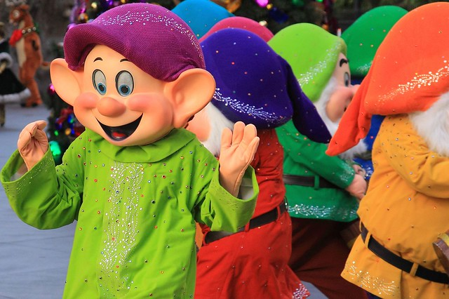 Dopey and Snow White in seven dwarfs pictures
