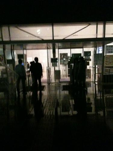 会場前到着。入口でスタッフミーティングしてる。見事に早すぎた 模様。 #WA09