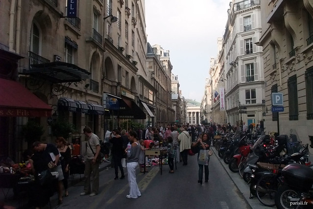 La rue de la Banque, envahie par le vide-greniers