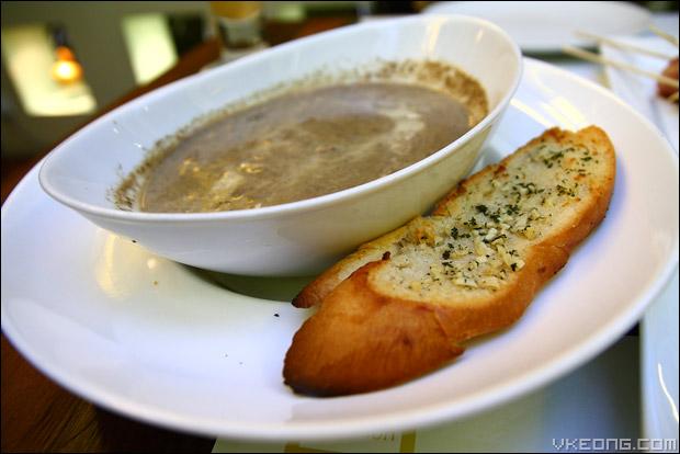 mushroom-soup-garlic-bread
