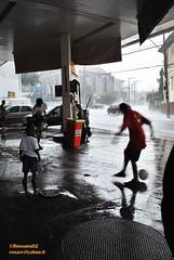 dana de chuva (Rossana Arcoleo) Tags: street rain football nikon strada saopaulo chuva pioggia rossana sanpaolo calcio d60 arcoleo rossana02 rossanaarcoleo