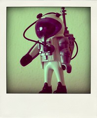 toh,  gi domani.. (duineser) Tags: toy puppet cosmonaut playmobil astronauta pupazzo giocattolo poladroid 0041 trashbit