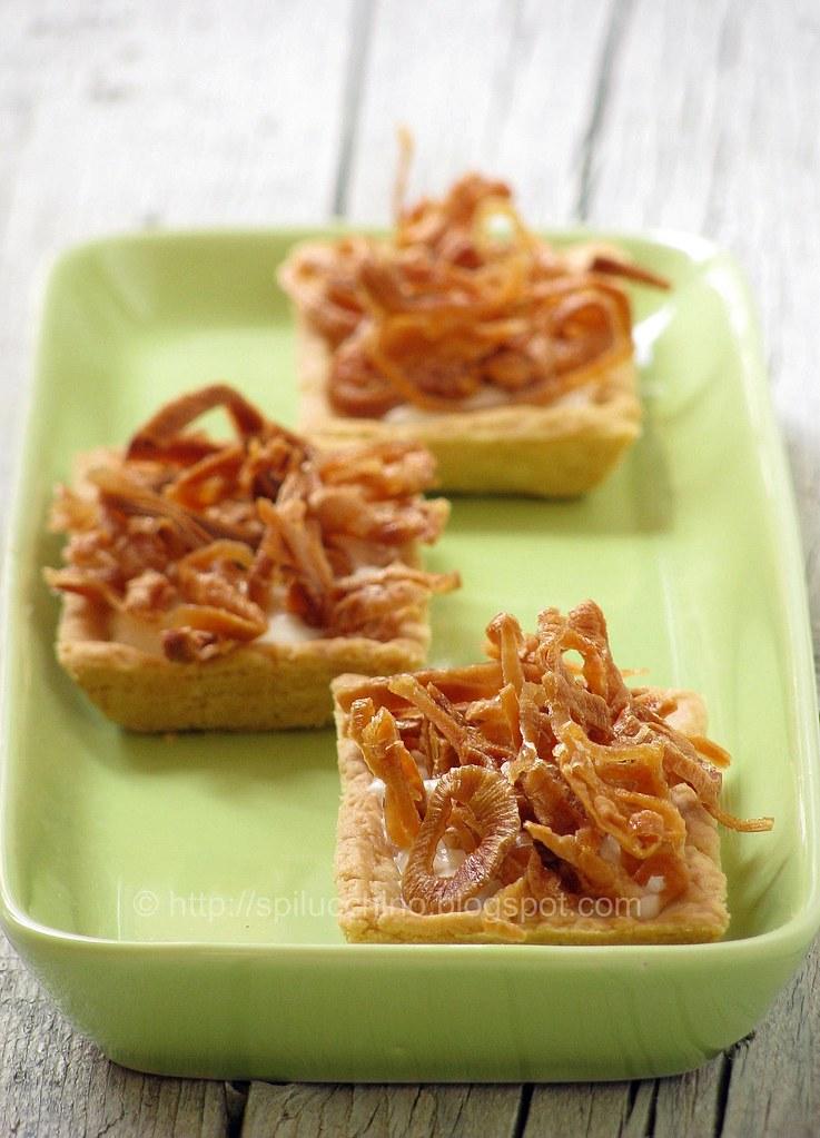 Tartellette con pecorino di fossa e scalogno caramellato