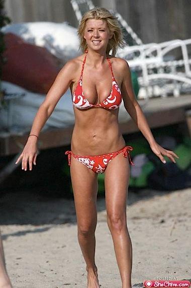 Девочки в бикини / бикини на пляже.