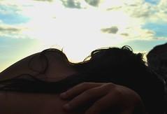 Querida mujer desnuda (Mariano Rupérez) Tags: mujer chica playa cielo espalda nubes mano pelo desnuda