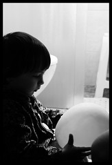balloon. (jh.tt) Tags: blackandwhite kid child balo criana brancoepreto bexiga ballom