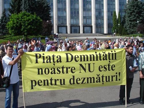 """Protestul ortodox, plancarda """"Piaţa Demnităţi nu este pentru dezmăţuri!"""""""