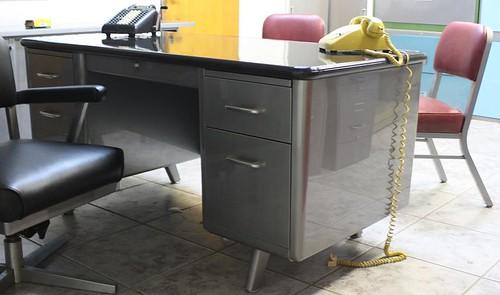Tanker arch leg desk