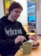 Rolle-isä ensimmäisenä isänpäivänään Kukkumäen kuulonäkövammaisten kuntoutumiskeskuksessa. Katsoo herkkulautastaan, sekoittaa kahviaan ja hymyilee.